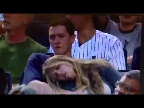 Hombre manosea a una mujer en el partido de los Yankees