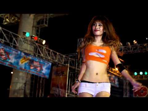 Bangkok Motor Show 2011 – Sexy coyote dancer in orange