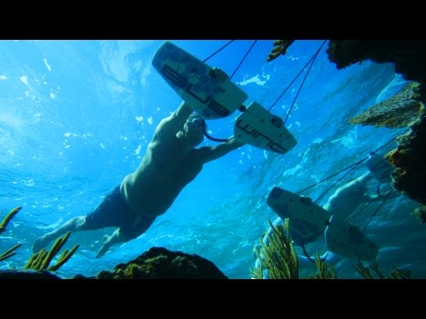 2枚の羽根を掴んで海中に潜って遊ぶサブウィングが超楽しそう!