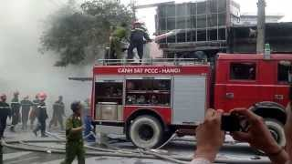 Lính cứu hỏa Hà Nội dũng cảm chữa cháy Trạm xăng, dầu số 9 Quân đội tại 2B Trần Hưng Đạo Hà Nội