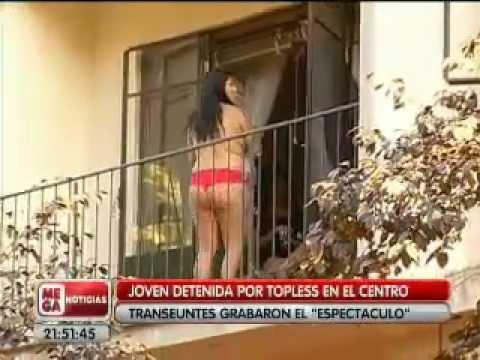 MUJER HACE TOPLES EN BALCON Y ES DETENIDA POR FALTA A LA MORAL