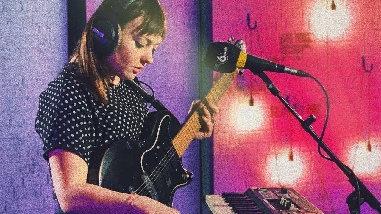 """Angel Olsen - 「BBC Radio 6 Music Live Room」から""""All Mirrors""""など2曲の弾き語り映像を公開 thm Music info Clip"""