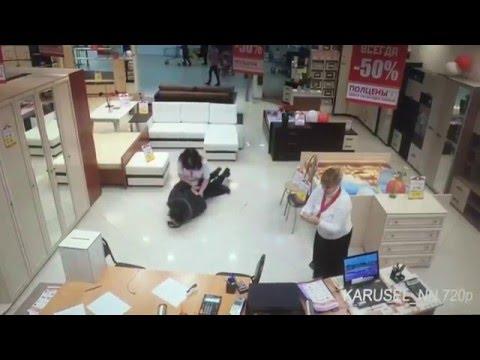 Video: una vendedora rusa evitó un robo y redujo al ladrón en el suelo