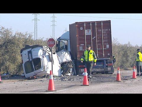 Mueren cinco operarios al chocar un camión y su furgoneta en Utrera (Sevilla)