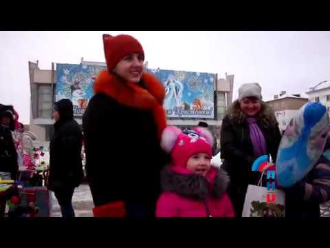 Луганские и российские казаки раздали подарки детям у главной елки Республики