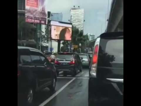 sebuah billboard LCD di jakarta memutar cuplikan sebuah film porno