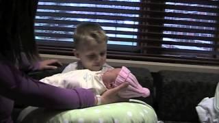 Տղան հանդիպում է առաջին անգամ փոքրիկ քույրիկին