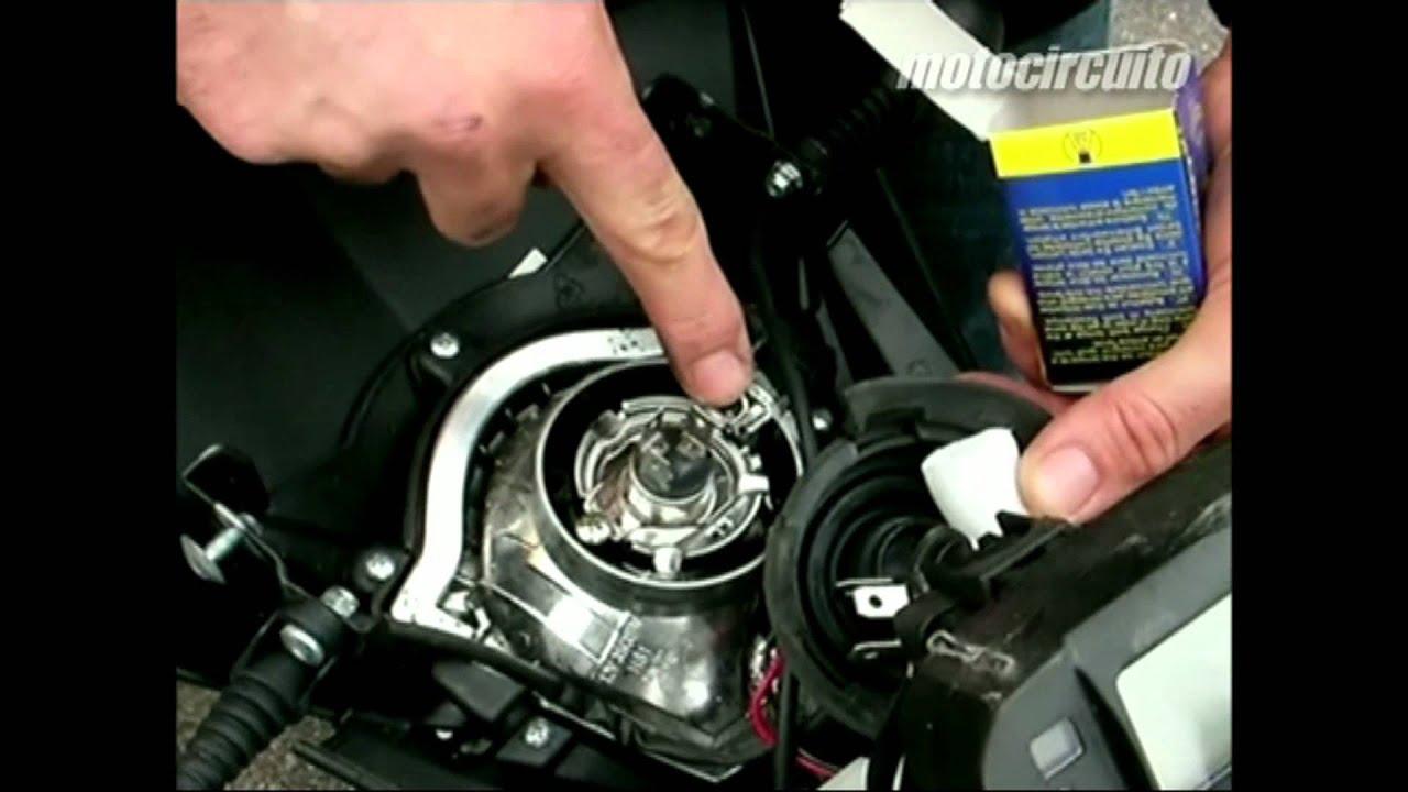 C mo cambiar bombilla delantera de la moto youtube - Como instalar lamparas led ...