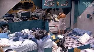 BBB 19 - Carol trocando de roupa