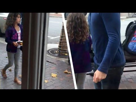 Un papá filma a su hija fuera del restaurante mientras la niña le ilumina el día a un desconocido