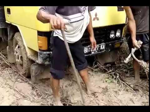 Truk terpuruk di jalan CR.marsawa.Riau.indonesia