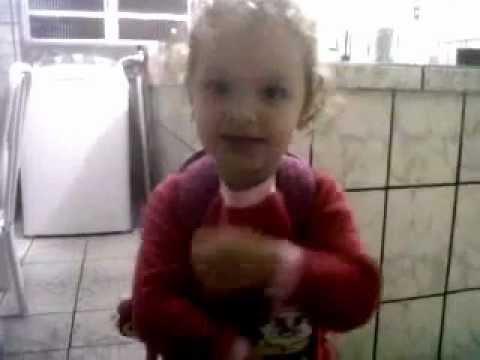 Laysla cantando musica infantil