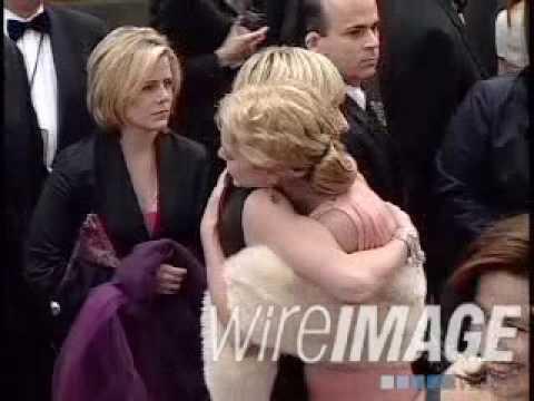 portia de rossi & anne heche hugging at golden globes 2001 arrivals