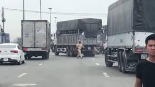 CSGT bất lực khi xe tải đồng loạt bỏ chạy