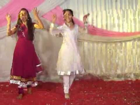 Gunje Angna Mein Shehnai - Aashima & Anushka Bhargava On Dance Floor video