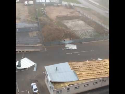 В Кирове ураган сносил крыши со зданий