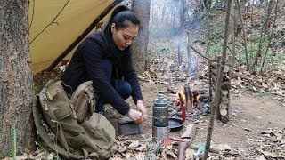 Pretty young lady in the jungle, build a comfortable camp, not only good-looking, but also dry!