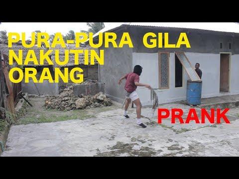 PURA-PURA JADI ORANG GILA NAKUTIN ORANG GA DI KENAL - PRANK INDONESIA