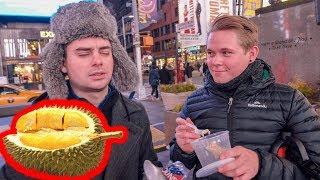 让纽约路人第一次吃马来西亚榴莲,他们十分惊呆了!