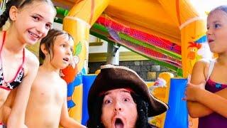 АКВАПАРК КАРИБИЯ и звезды Ютуба Адриан, Света и Сима! Посвящение в пираты. Веселое видео для детей.