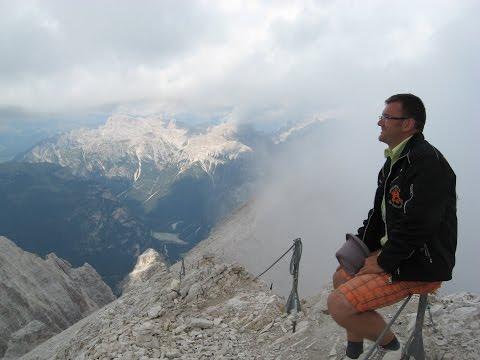 Взобрались на вершину горы в Альпах.
