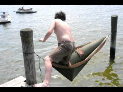 海の上に作られたハンモックに乗ろうとする男性の結末はいかに?!