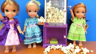 Sleepover ! Elsa and Anna toddlers - Popcorn - Rapunzel - movie - pizza