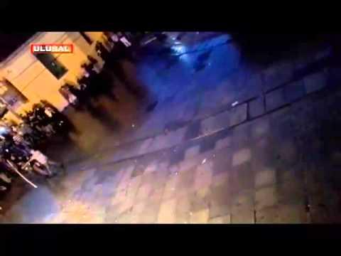 İstiklal Caddesi'nin girişinde polisin saldırısına kahramanca direniş