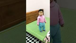 Bé gái mới 13 tháng tuổi đã cãi mẹ chem chẻm