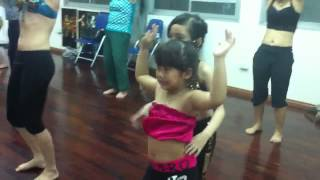 Bé 6 tuổi dạy múa bụng cho bé 5 tuổi