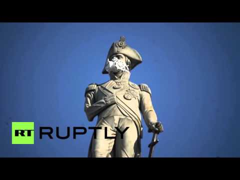 UK: Greenpeace activists detained after scaling Nelson's Column in air pollution protest