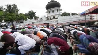 Penduduk kampung  menunaikan solat Jumaat di luar Masjid Jami Quba