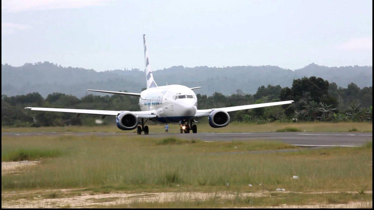 Susi Air PK-VVJ landing and Express Air PK-TXH takeoff at Domine ...