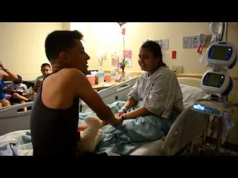 Luis Coronel visita a Esperanza en Hospital de Phoenix