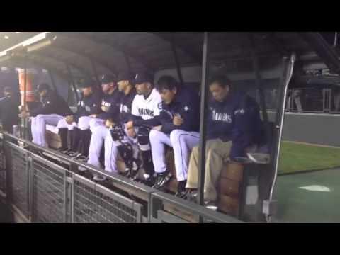 Hisashi Iwakuma bored at 4/19/2012. 暇そうにしている岩隈久志さん。