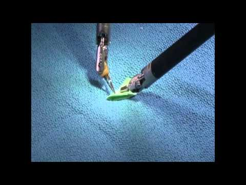 Cirujano utiliza un robot para hacer un pequeño avión de papel