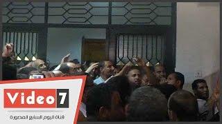 بالفيديو.. العاملون بالأزهر يحاصرون مكتب رئيس الجامعة لصرف رواتبهم
