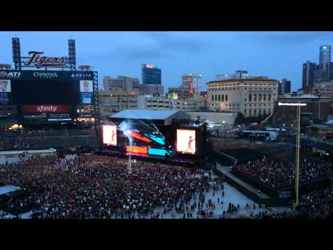 Eminem & Rihanna: The Monster Tour in Detroit-Opening Songs-Numb & No Love
