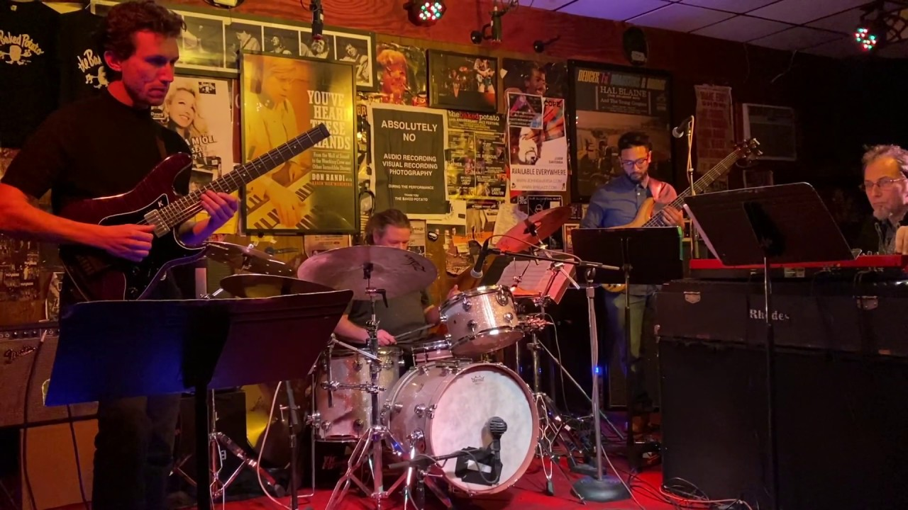 "Alex Sill - (Tribute to Lyle Mays) ""Close to Home""のライブ映像を公開 (2020.02.13 The Baked Potato) メンバーはSteve Weingart (Keys), Benjamin Shepherd (Bass), Joel Taylor (Drums) thm Music info Clip"