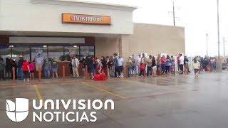Tiendas en Victoria, Texas, abarrotadas de personas que buscan amainar la crisis