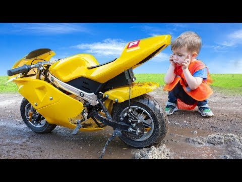 Motorbike stuck in the mud! Arthur ride on power wheel tractor to towing sportbike
