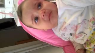 Ezan sesini duyunca duygulanan sevimli bebek