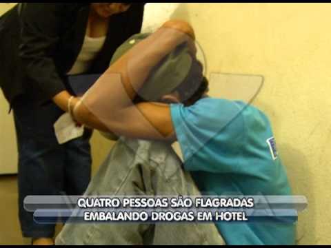 Quatro pessoas são flagradas embalando drogas em quarto de hotel