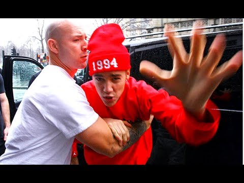 Justin Bieber lashes out at paparazzi in London! ( VIDEO )