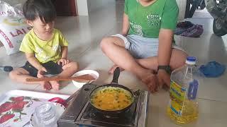 Tin và anh Hai tập nấu ăn, lần đầu làm bếp chiên trứng cũng ngon