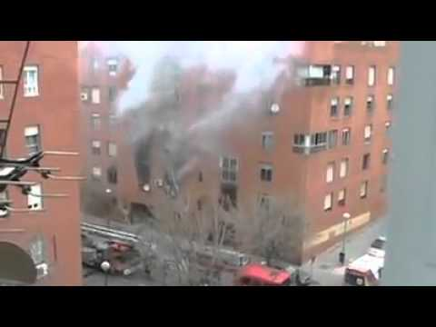 Padres arrojan a su hija de edificio en llamas