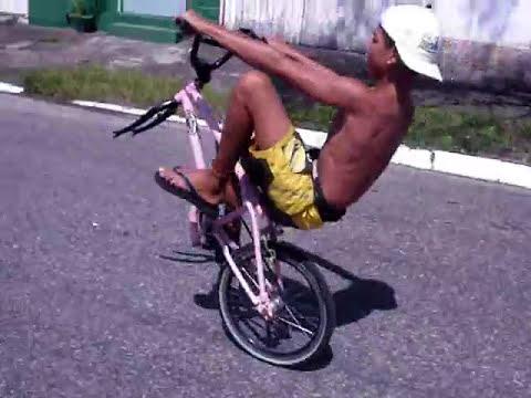 willie caballito sin la rueda delantera en la bici de NINJA