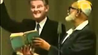 الشيخ أحمد ديدات يثبت تحريف الكتاب المقدس بطريقه مضحكه