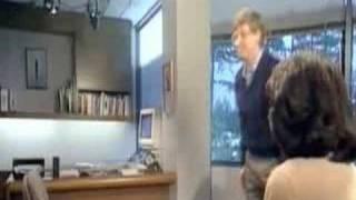 Un joven Bill Gates demuestra que puede saltar por encima de una silla