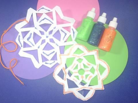 Manualidades de papel: Como hacer copos de nieve de colores